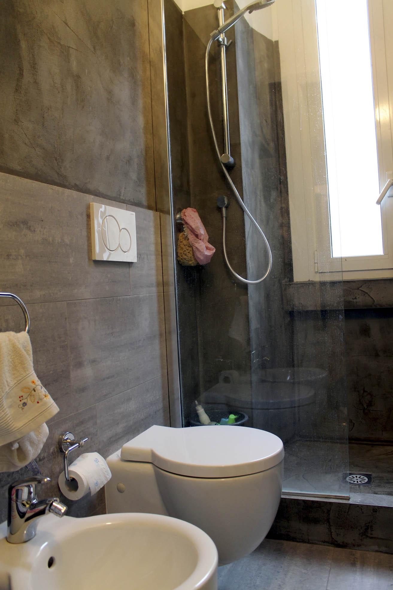 Il bagno rivestito con piastrelle di pietra