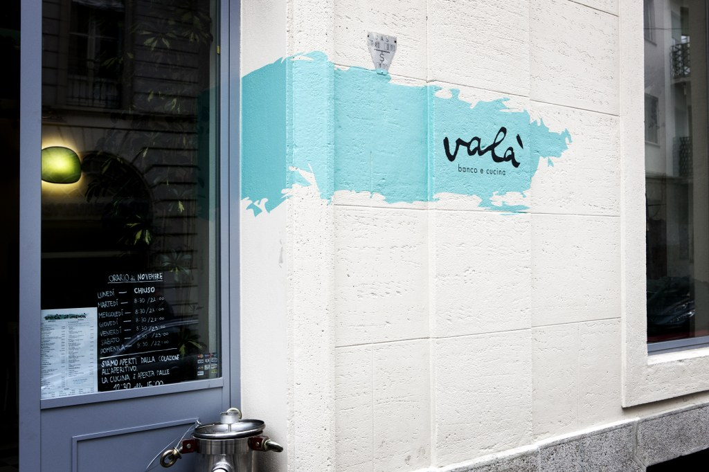 L'insegna dipinta sul muro esterno