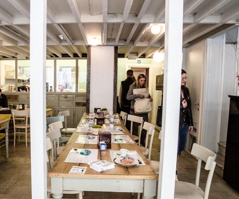 La sala da pranzo di fronte alla cucina